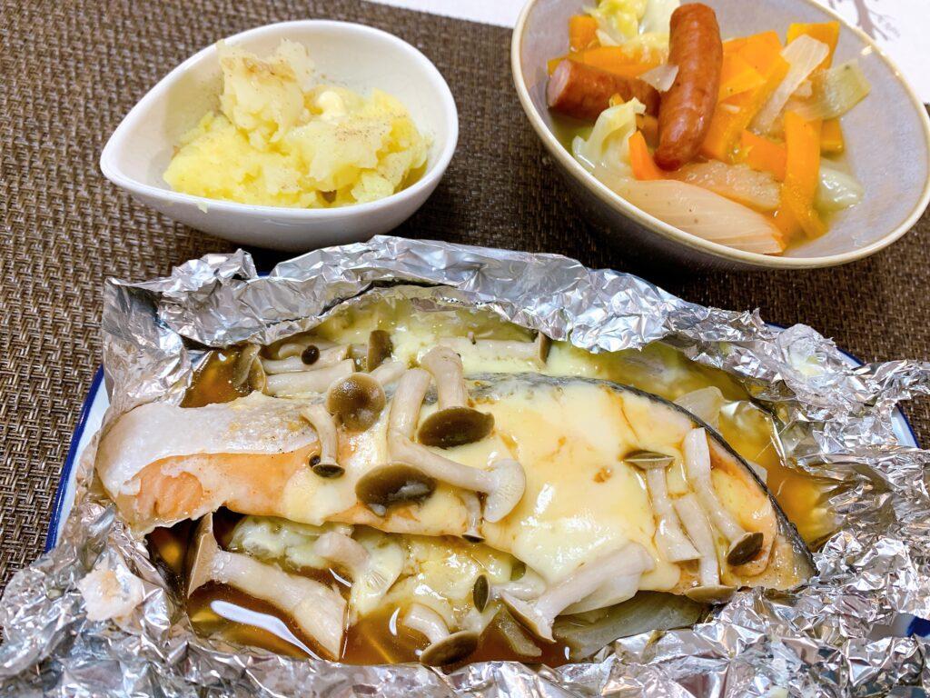 酒のチーズホイル焼き、粗挽きソーセージと野菜のコンソメ煮、じゃが芋のバター